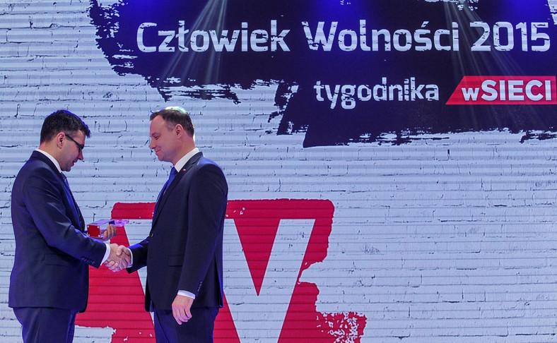 """Prezydent Andrzej Duda odbiera z rąk redaktora naczelnego """"wSieci"""" Jacka Karnowskiego nagrodę """"Człowiek Wolności 2015"""""""