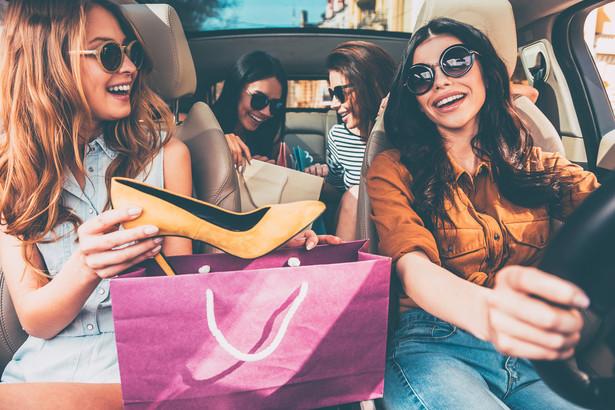 W jednym z eksperymentów potwierdzono, że kupowanie bardziej niż oglądanie podnosiło poziom kontroli nad życiem – i to 40 razy oraz sprawczości i poczucia mocy – trzy razy.