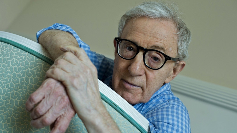 """Woody Allen to tak naprawdęAllan Stewart Konigsberg, urodzony 1 grudnia 1935 roku w rodzinie żydowskiej na nowojorskim Brooklynie. Rodzice chcieli, żeby został farmaceutą, on jednak wolał film. Miał 17 lat, gdy w 1952 roku zmienił nazwisko. Ze studiów wyleciał po roku za… """"brak talentu"""". W wywiadach często podkreśla więc, że jako aktor jest niedouczonym amatorem."""