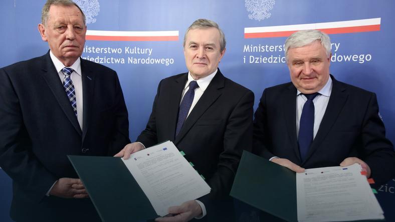 Wicepremier, minister kultury Piotr Gliński (C), minister środowiska Jan Szyszko (L) oraz prezes zarządu NFOŚiGW dr. Kazimierz Kujda (P)