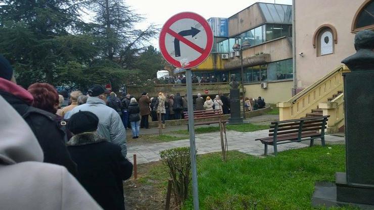 novi sadKolone ispred KCV - foto Facebook - Uzivo sa novosadskih ulica