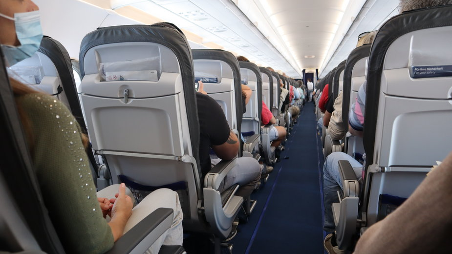 Koronawirus. Podczas podróży samolotem wszyscy mają obowiązek zasłaniania ust i nosa