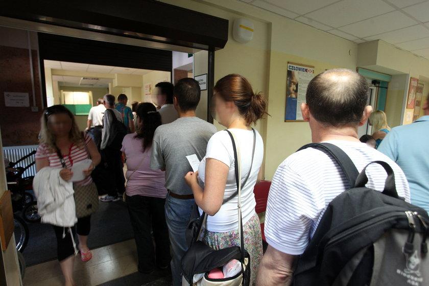 Pacjenci w kolejce do rejestracji