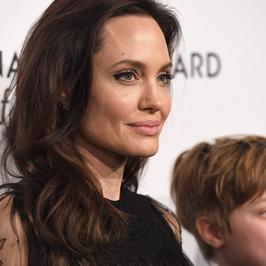 Angelina Jolie z dziećmi na uroczystej gali