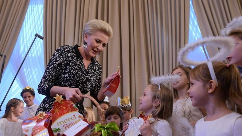 """Wczoraj małżonka prezydenta wzięła udział w inauguracji akcji charytatywnej """"Choinki Jedynki""""..."""