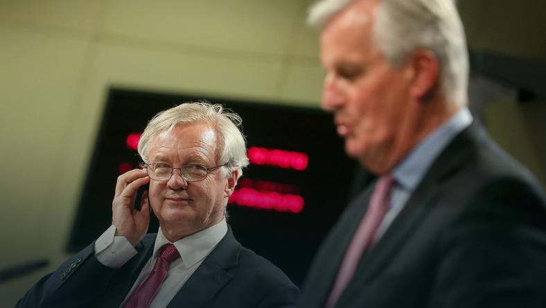 Brytyjski minister ds. Brexitu David Davis (L) i główny negocjator z ramienia UE Michel Barnier