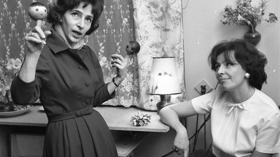 Od lewej: Zofia Raciborska i Wanda Chotomska w 1963 r.