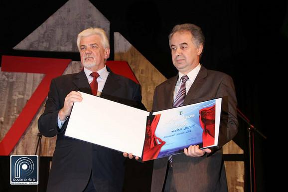 Vasić (desno) prima opštinsko priznanje