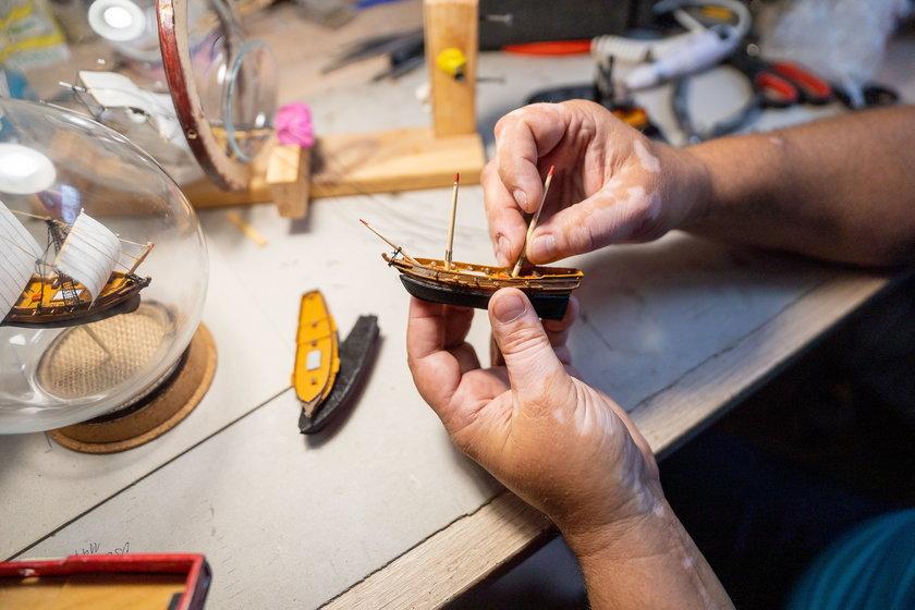 Pan Sławomir spełnił swoje marzenie i łączy pracę z pasją. Robi modele statków w butelkach
