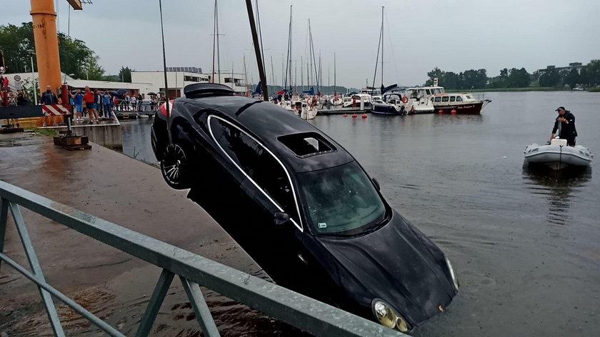 Luksusowe porsche wpadło do jeziora. Kierowca trafił do szpitala
