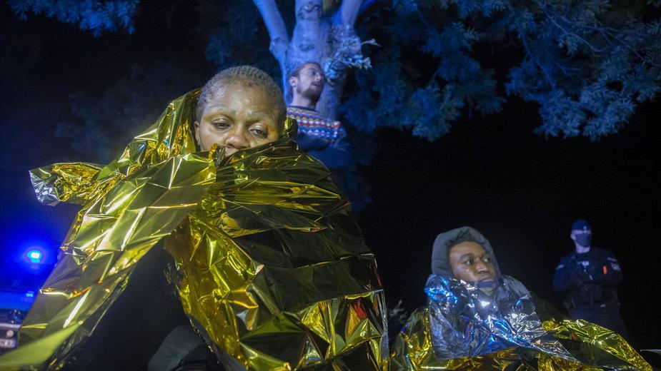 Grupa uchodźców odnalezionych przez aktywistów Grupy Granica w pobliżu wsi Szymki