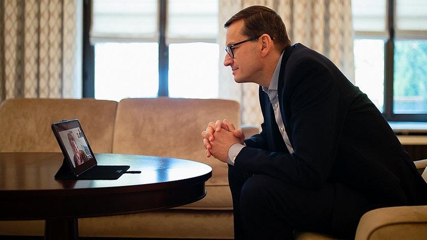Mateusz Morawiecki podczas rozmowy z mamą, Jadwigą Morawiecką