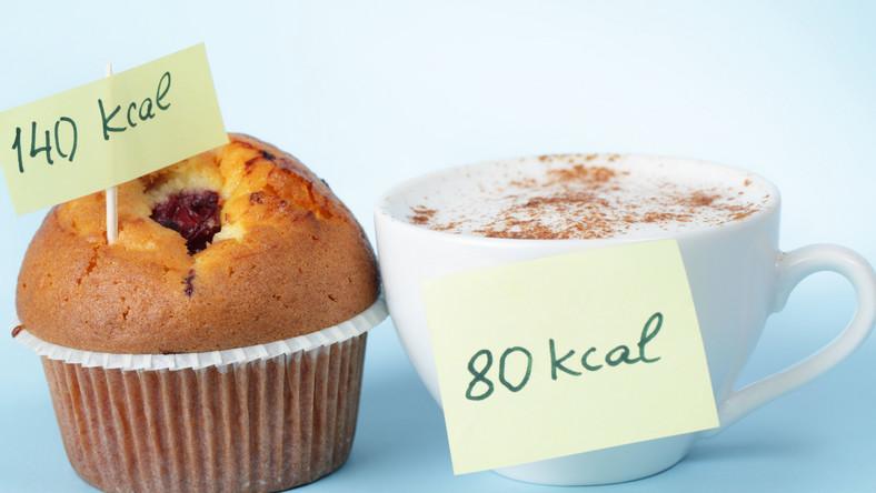 Nie trzeba od razu przechodzić na głodówkę lub drastycznie ograniczyć ilość jedzenia, by zobaczyć zadowalające efekty zrzucania wagi. Bez większego wysiłku możesz spożywać codziennie o 200 kcal mniej. Zobacz, jak zmodyfikować menu