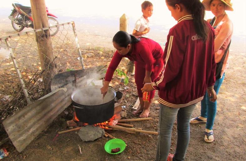 Nauczyciele ze szkoły w Angkor Borei przygotowują obiad dla kadry / aseanschool.info