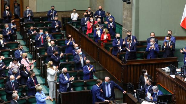 Prawo i Sprawiedliwość utorowało już sobie drogę do wpompowania w polską gospodarkę miliardów euro z nowej perspektywy finansowej Unii Europejskiej, w tym z Funduszu Odbudowy