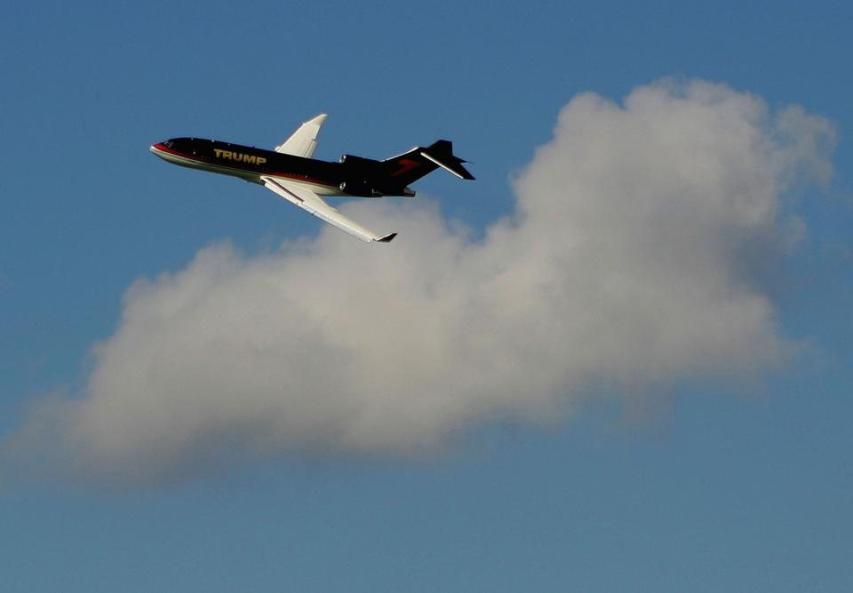 Donald Trump jeszcze przed objęciem urzędu latał własnym Boeingiem. Jego samolot nazywany jest Trump Force One. Nie od początku jest własnością Donalda Trumpa.