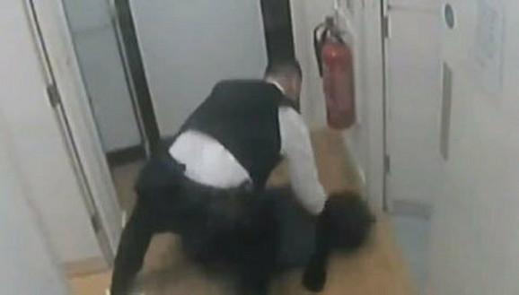 Oborio je na pod pa počeo da udara po glavi