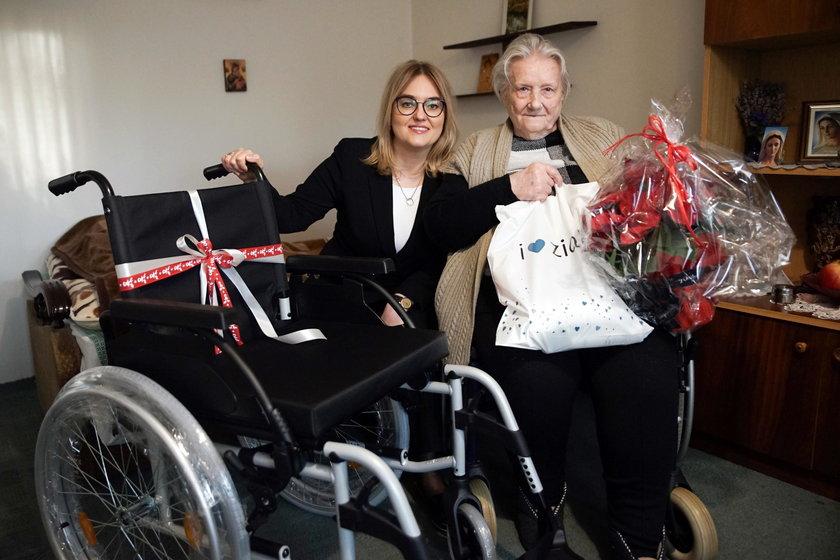 Magdalena Adamowicz kontynuuje tradycję mężą.... Wzięła udział w Świątecznej Akcji Faktu i obdarowała prezentami seniorkę