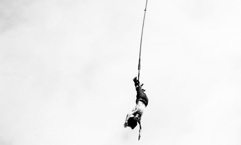 Kobieta skacze na bungee