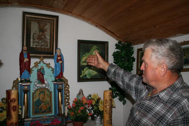 Filip Ikoniak opiekuje się kapliczką stojącą tuż przy szlaku turystycznym do Białej Wody