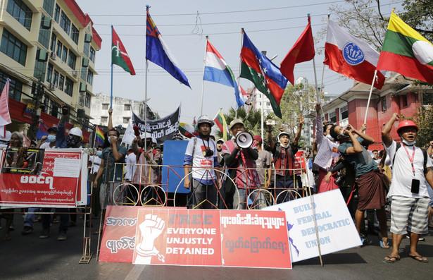 Protestujący domagają się powrotu do powolnej demokratyzacji, która rozpoczęła się w ubiegłej dekadzie.