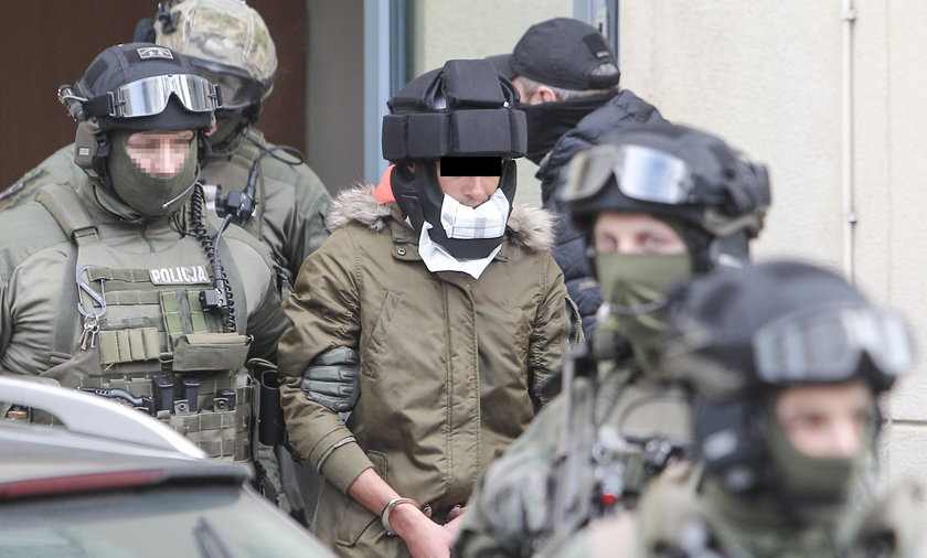 Kajetan P. w kasku ochronnym jedzie na przesłuchanie do prokuratury