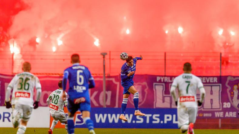 Zawodnik Lecha Poznań Thomas Rogne (2P) podczas meczu piłkarskiej Ekstraklasy z Lechią Gdańsk