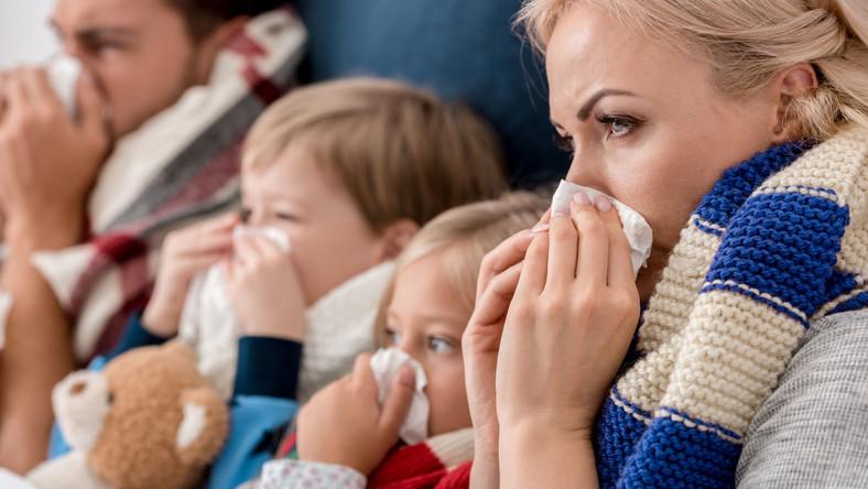 Rodzina z katarem, chora. Infekcja