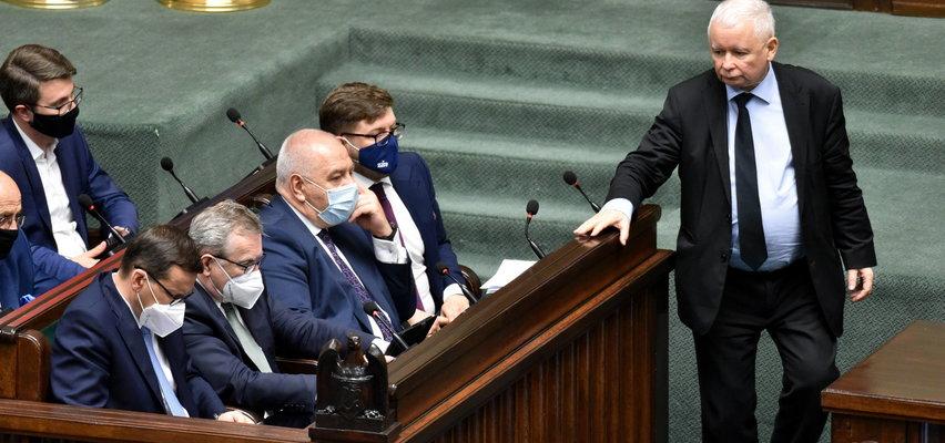PiS wciąż liderem, rośnie poparcie Polski 2050