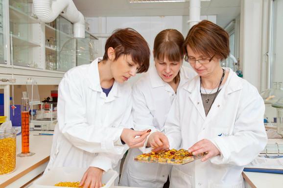 Marijana Trgovčević (levo) sa koleginicama u oksfordskoj laboratoriji