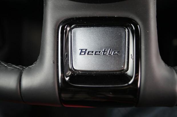 Volkswagen Beetle R-Line 2.0 TSI - logo, które identyfikuje wersję R-Line