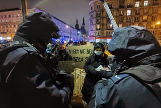 Strajk Kobiet: Policja tłumaczy się z wkroczenia na teren uczelni