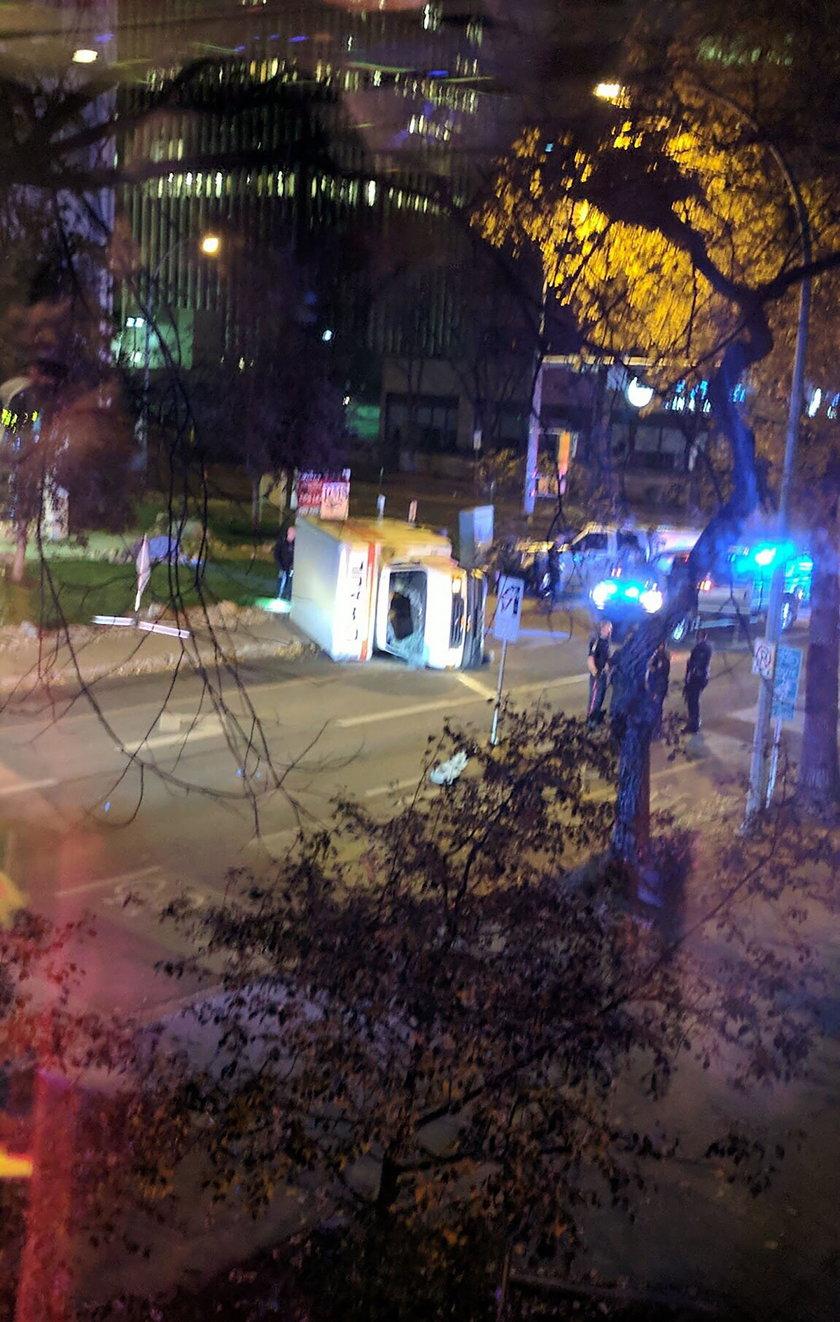Rzucił się na policjanta, później wjechał w ludzi. Atak w Kanadzie
