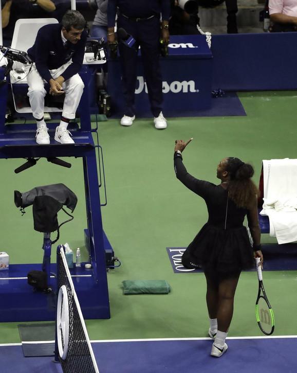 Serena Vilijams u raspravi sa sudijom