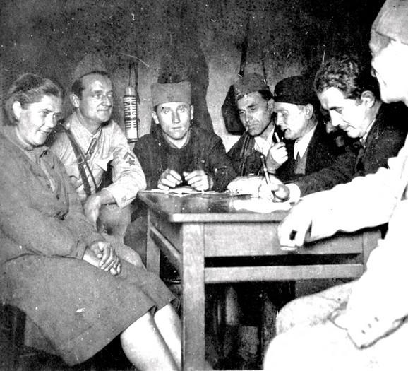Ranković (treći sleva) sa članovima Vrhovnog štaba Titom, Đilasom, Arsom Jovanovićem i drugima. Upadljiv je Rankovićev srbijanski izgled