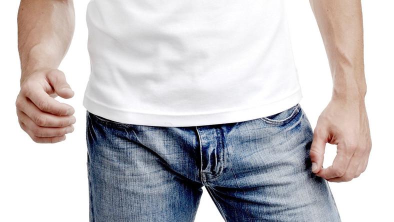 Noszenie zbyt ciasnych spodni jest przyczyną wielu poważnych dolegliwości u mężczyzn