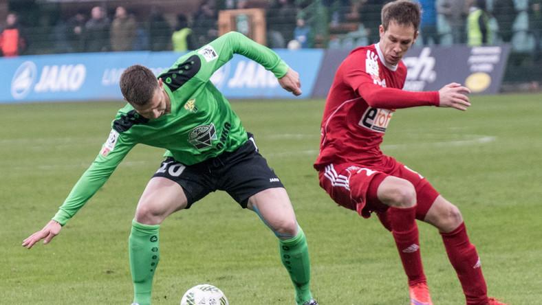 Zawodnik Górnika Łęczna Jakub Świerczok (L) i Patrik Mraz (P) z Piasta Gliwice walczą o piłkę podczas meczu 22. kolejki T-Mobile Ekstraklasy