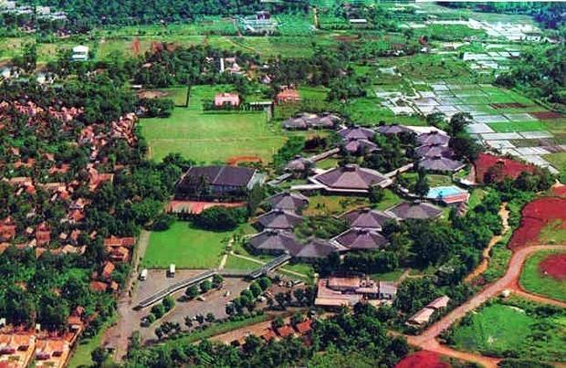 Szkoła z lotu ptaka w latach 80. - widać zielone trawiaste boisko