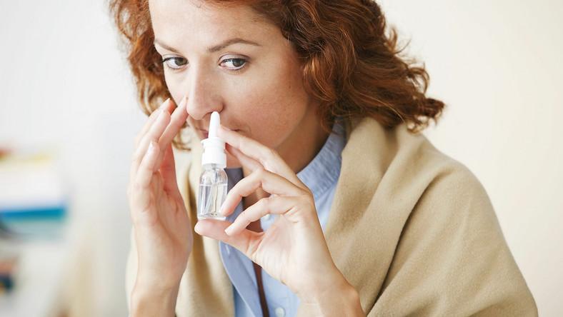 Kobieta zakrapla nos