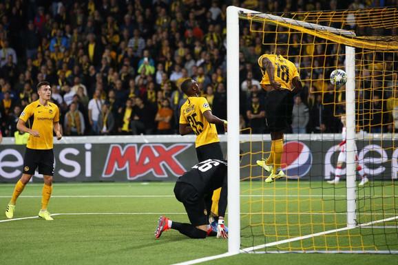 Trenutak kada lopta, posle udarca glavom Milša Degeneka, ulazi u gol Švajcaraca na meču Jang Bojs - FK Crvena zvezda