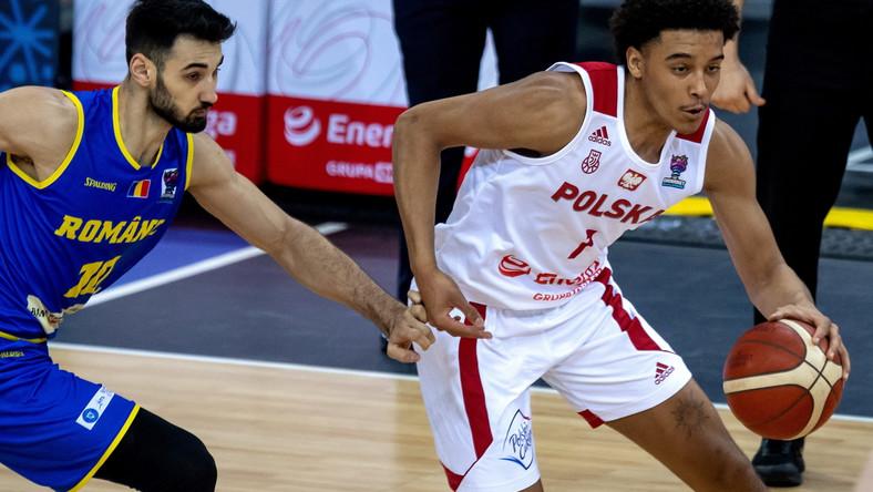 Jeremy Sochan i Rumun Nicolae Nicolescu podczas meczu eliminacji mistrzostw Europy koszykarzy w Gliwicach