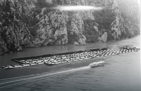 Hidrogliser u nizvodnoj plovidbi Đerdapom (u uzvodnoj plovidbi je motorni potiskivač Кumanovo sa 16 potisnica, zapovednik i autor fotografije je kapetan Milan Grubor)