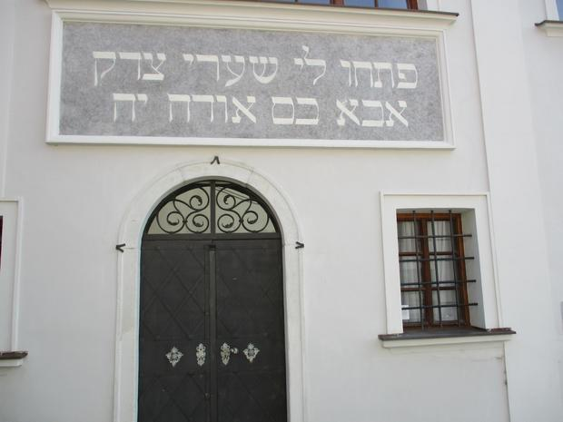 Wejście do synagogi w Mikulovie