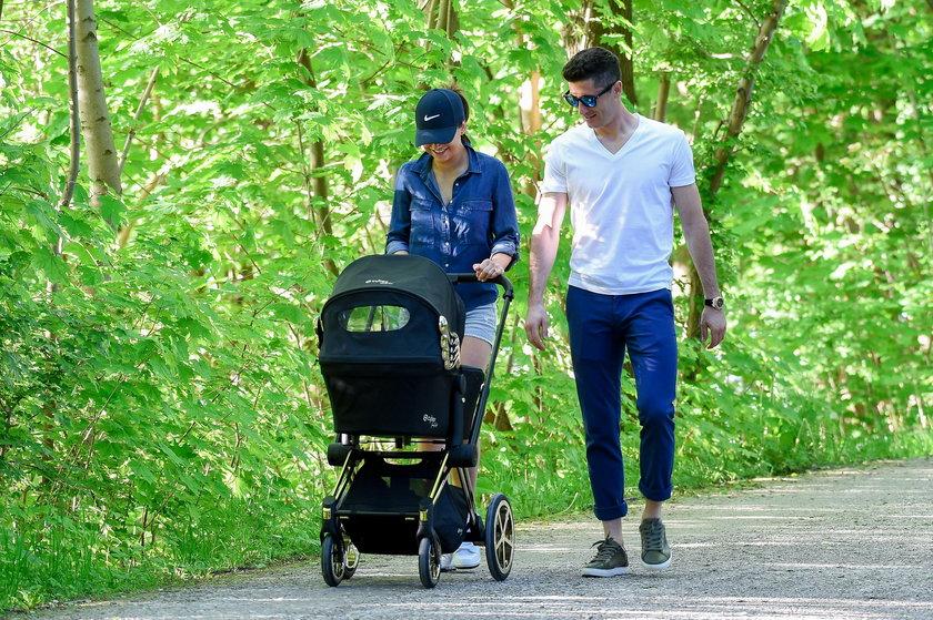 Lewandowscy na spacerze z córką