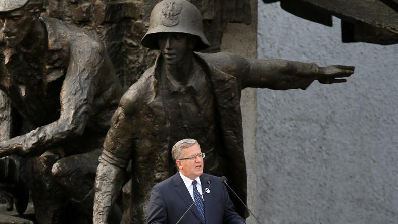 Prezydent Bronisław Komorowski przy Pomniku Powstania Warszawskiego na placu Krasińskich w Warszawie