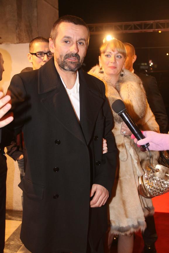 Bogdan Obradović razgovara sa novinarima ispred Doma vojske.