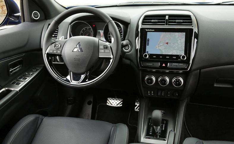 W kabinie od razu rzuca się w oczy nowy system multimedialny SDA (Smartphone-link Display Audio), który zyskał powiększony z 7 do 8 cali dotykowy wyświetlacz i opcjonalną nawigację TomTom z informacjami o ruchu w czasie rzeczywistym. Co ważne, poza dotykowym ekranem system można obsługiwać również poleceniami głosowymi