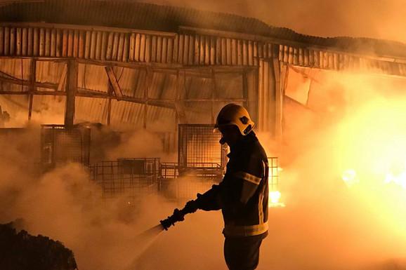 """VATRENA STIHIJA U FOTOGRAFIJAMA Vatrogasci se 12 SATI BORILI sa požarom u Inđiji: """"Bilo je strašno!"""""""