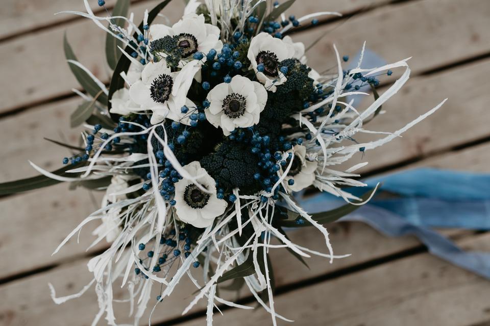 bd255d1a Wietrzna sesja ślubna z niebieskim i granatem w roli głównej - Ślub