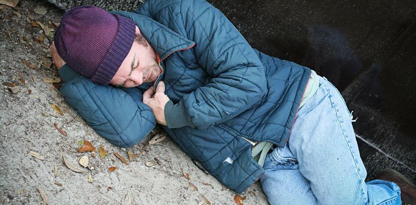 Bezdomny śpi pod twoimi drzwiami? Nie możesz go wygonić, ale...